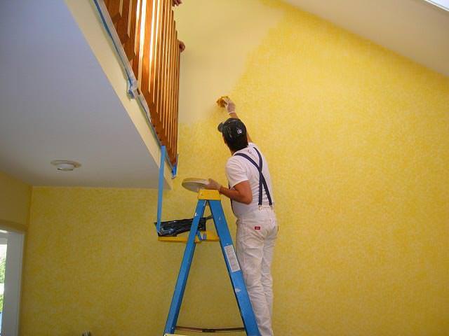 Окрашивание стен и потолка