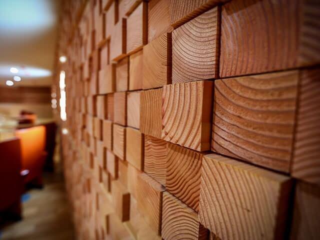 Внутренняя отделка стен деревянными панелями квадратной формы