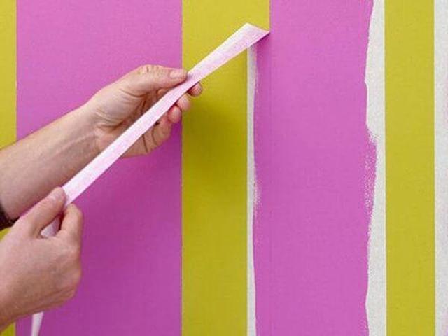 Декор стен каркасного дома с помощью обоев под покраску и скотча