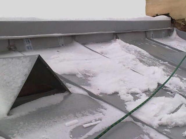 Крыша с вентиляционными отверстиями зимой
