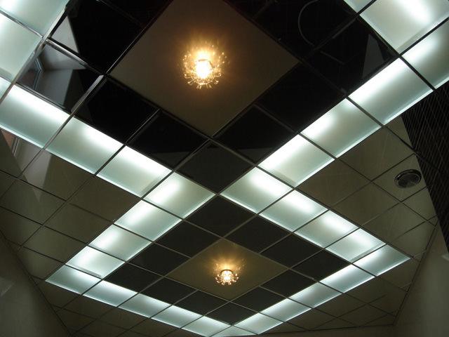 Потолок с зеркальной плиткой