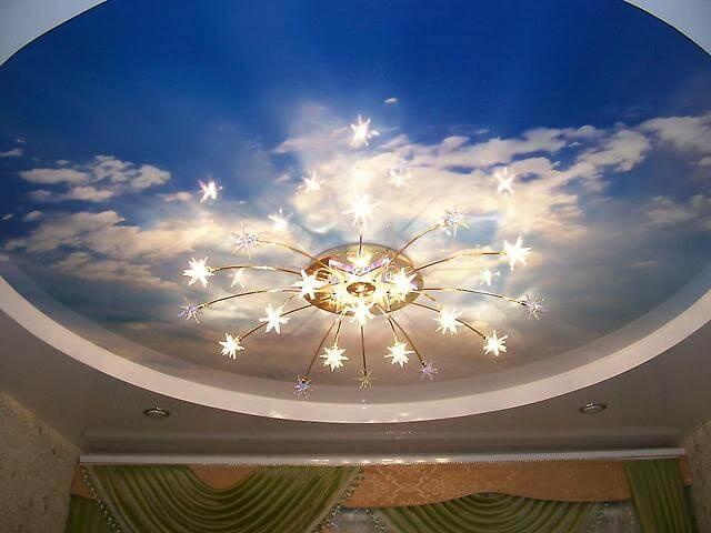 Красивый потолок из гипсокартона, украшенный художественной росписью