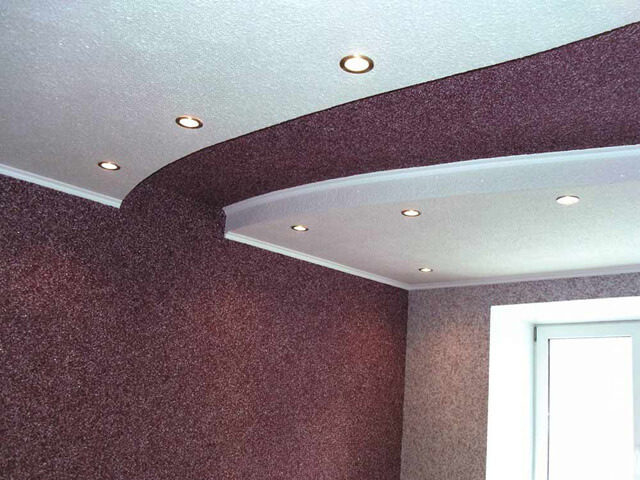 Двухцветный потолок обклеенный жидкими обоями