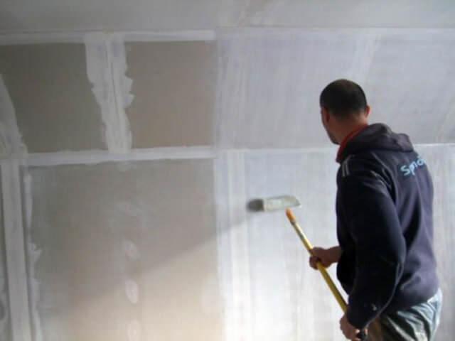 Нужно ли грунтовать стены перед шпаклевкой после штукатурки