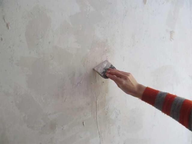 Чем покрыть стены перед поклейкой обоев