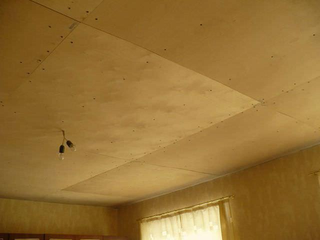 потолок обшит фанерой