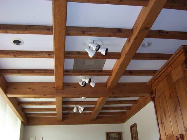 отделка потолка декоративными балками