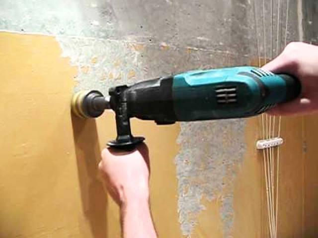 убираем старую краску со стен
