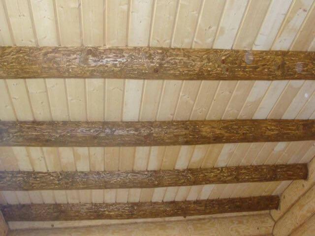 потолок сделан из дерева