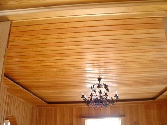 потолок обшит деревом