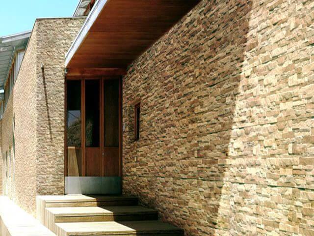 фасад дома отделан камнем