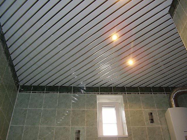 Потолок из пластиковых панелей в ванной