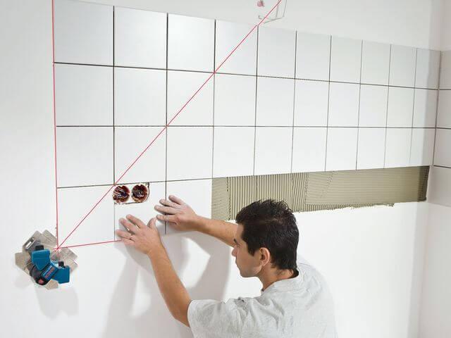 раскладывание плитки на стену