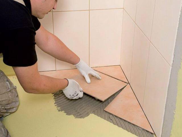 укладывание плитки в ванной
