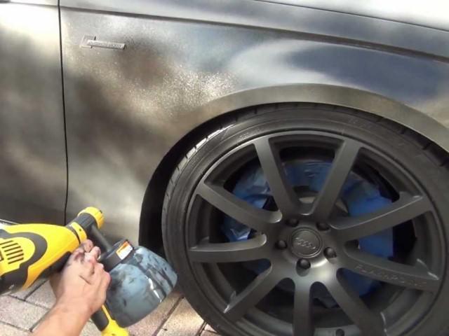 Процесс нанесения резиновой краски на автомобиль