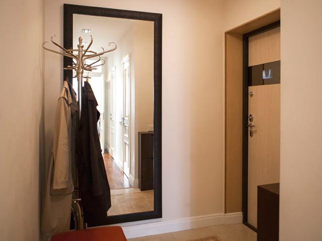 Обычная вешалка напротив двери